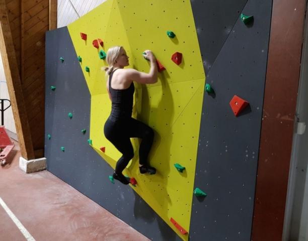 Koulukiipeilyseinä, kouluboulder, boulder, kiipeilyseinä